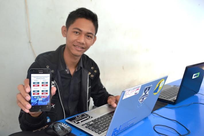 Mahasiswa Darmajaya Lampung Rio Candra menunjukan aplikasi pengendali lampu listrik jarak jauh berbasis android. | Ist.
