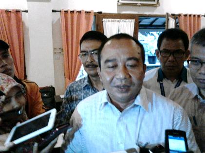 General Manager PT. PLN Irwansyah Putra usai menggelar jumpa pers di Rumah Kayu Bandar Lampung, Rabu, 16/3/2016. | Sugiono/Jejamo.com