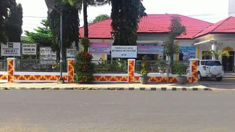 Pagar dan tiang Kecamatan Metro Pusat dengan motif kain tapis Lampung. | Tyas/Jejamo.com