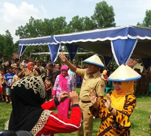 Bupati Lampung Tengah, Mustafa bersama Ketua TP PKK Lampung Tengah, Hj. Nessy Mustafa saat bersama masyarakat Kecamatan Kalirejo. | Raeza/Jejamo.com
