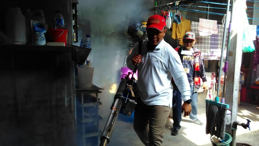 Bupati Lampung Tengah, Mustafa,  saat akan melakukan fogging di dapur rumah warga. | Raeza/Jejamo.com