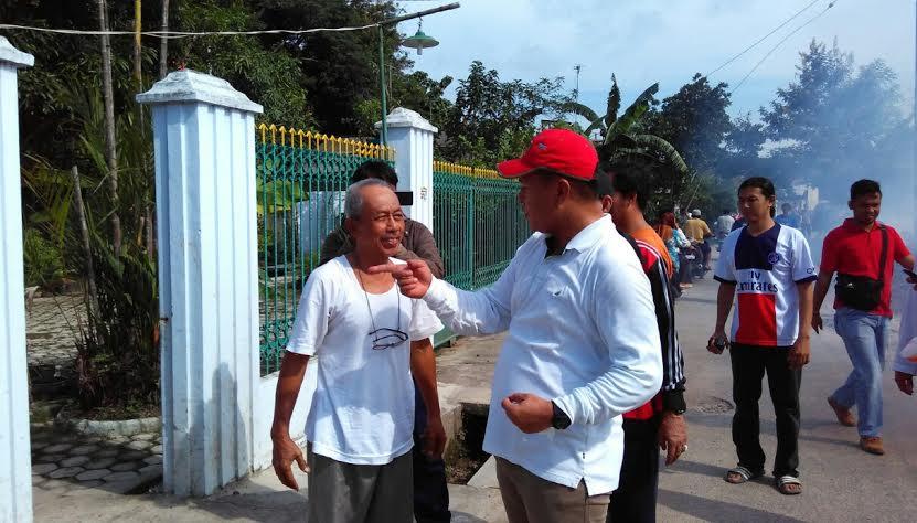 Mustafa saat berdiskusi dengan salah satu warga yang rumahnya ingin difogging.