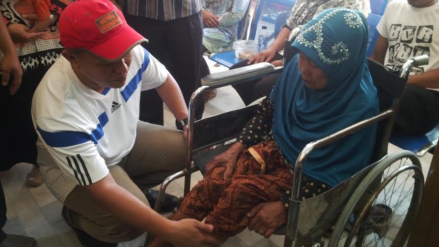 Bupati Lampung Tengah, Mustafa menyambangi pasien saat melakukan sidak di salah satu rumah sakit yang swasta di Lamteng.