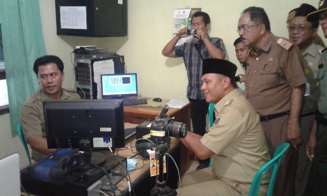 Bupati Lampung Tengah saat meninjau pembuatan KTP di Kecamatan Kalirejo, Selasa, 29/3/2016. | Raeza/Jejamo.com