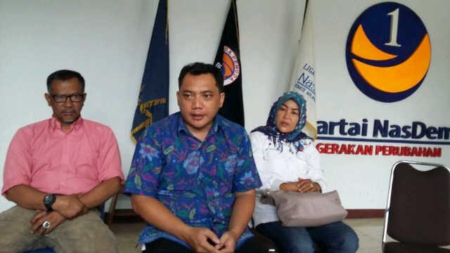 Plt Ketua DPW partai Nasdem Lampung, Taufik Bastari (baju biru) beserta jajaran saat diwawancarai media di DPW partai NasDem, Sabtu 5/3/2016. | Arif/Jejamo.com