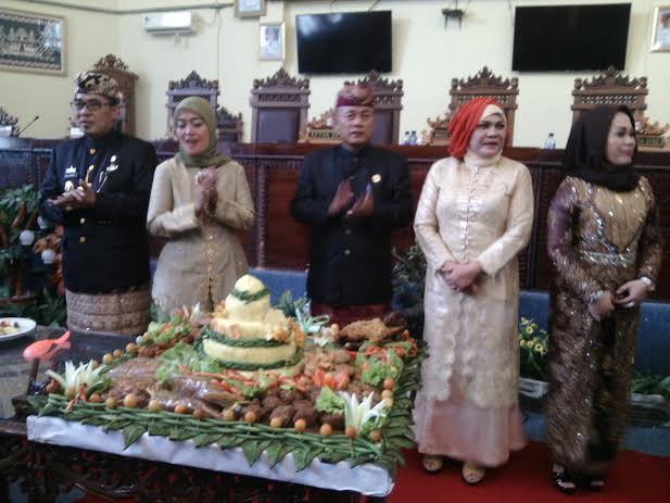 Bupati dan wakil bupati Lampung Timur foto bersama dengan jajaran DPRD setempat.