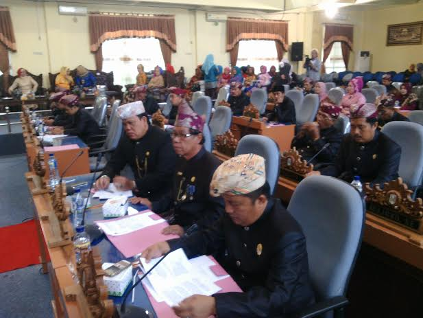 Para anggota dewan Kabupaten Lampung Timur mengenakan pakaian adat dalam rapat paripurna istimewa HUT Provinsi Lampung ke-52.