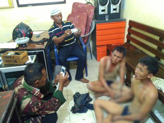 Dua remaja diduga pelaku begal ditanggap warga desa Adijaya, kecamatan Pekalongan, Lampung Timur. Jumat 18/03/2016 | Wahyu/ jejamo.com