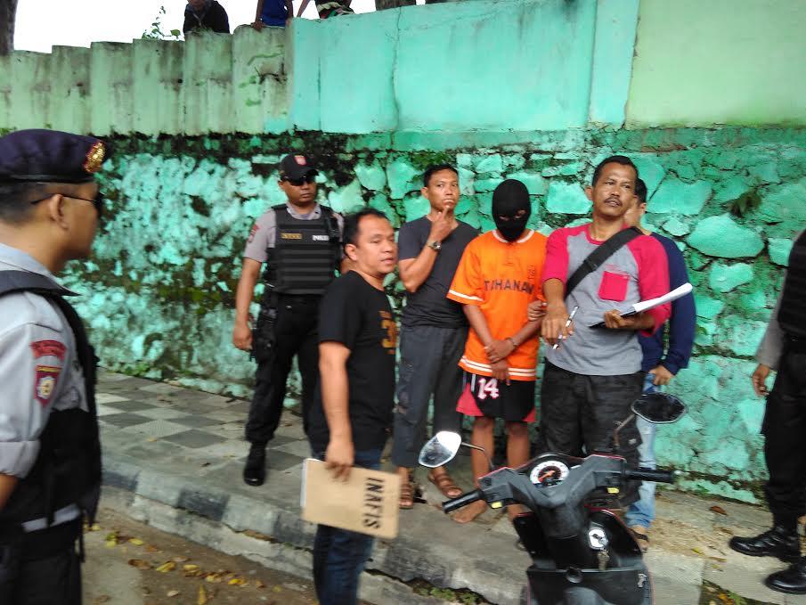 Polisi melakukan pengawalan ketat terhadap ketiga tersangka kasus pembunuhan Dwiki usai sidang di PN Tanjungkarang, Rabu, 30/3/2016. | Andi/jejamo.com