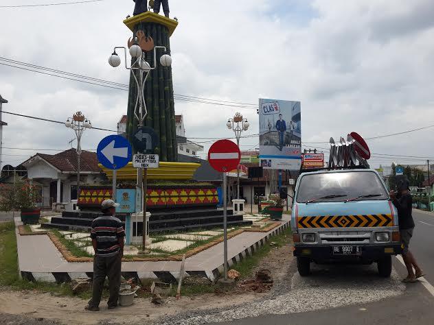 Petugas Dinas Perhubungan Pringsewu mulai memasang rambu-rambu lalu lintas menyusul pemberlakukan one way di jalur protokol kabupaten setempat. | Nur Kholik/Jejamo.com