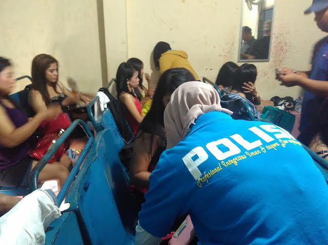Aparat kepolisian saat sedang melakukan razia di salah satu tempat hiburan malam di Bandar Lampung, Kamis, 31/3/2016. | Andi/Jejamo.com