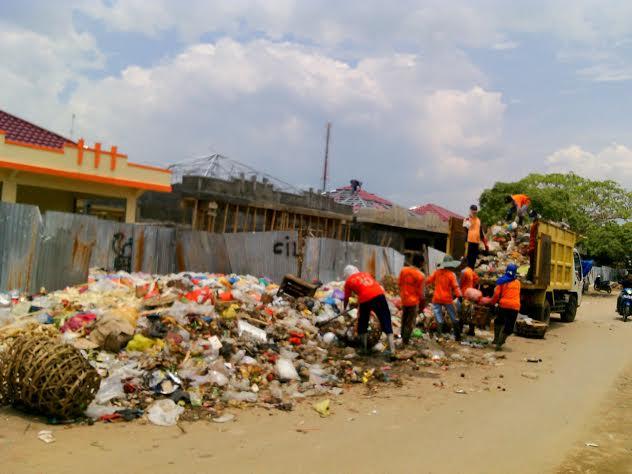 Tumpukan sampah di pasar Mulyoasri Kecamatan Tulangbawang Tengah mendapat keluhan dari pedagang setempat. | Rengki/Jejamo.com