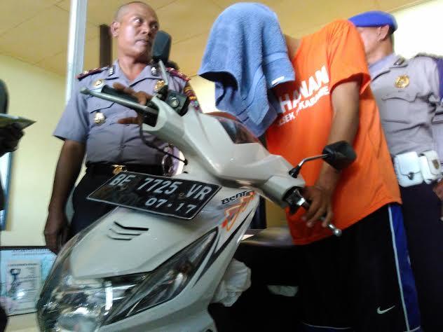 Kapolsekta Sukarame Bandar Lampung Kompol Hari Sutrisno, saat mengintrogasi pegawai honorer yang terlibat aksi pembegalan. | Andi/Jejamo.com
