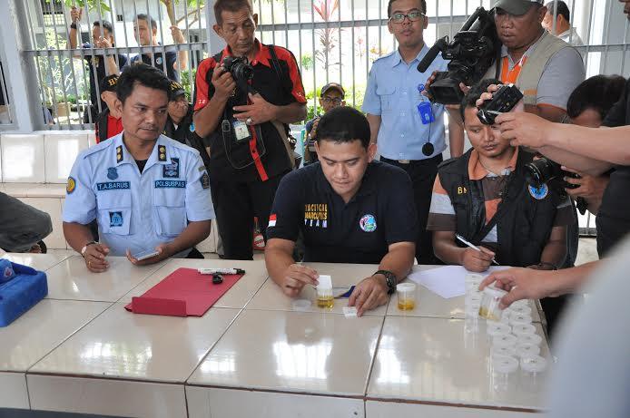 BNN Lampung saat melakukan tes urine di Lapas Rajabasa Bandar Lampung, Rabu, 23/4/2016. | Andi/Jejamo.com