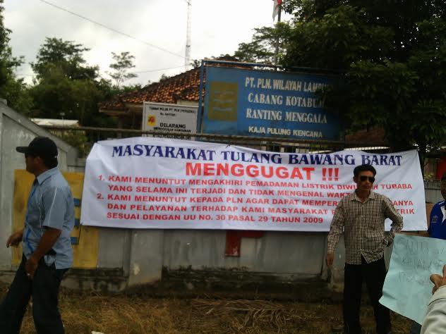 Isi tuntutan warga Tulangbawang Barat di kantor PLN setempat, Selasa, 15/3/2016. | Rengki/Jejamo.com