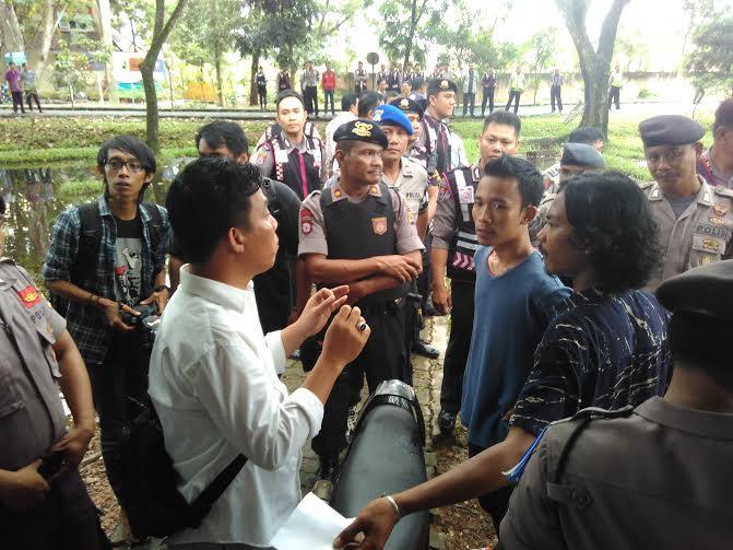 Mahasiswa dan Keamanan IAIN Bersitegang Soal Penutupan Sekretariat UKM SBI