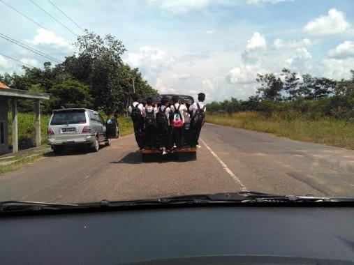 Kelebihan Muatan, Angkutan Pelajar di Way Kanan Nekat Ngebut