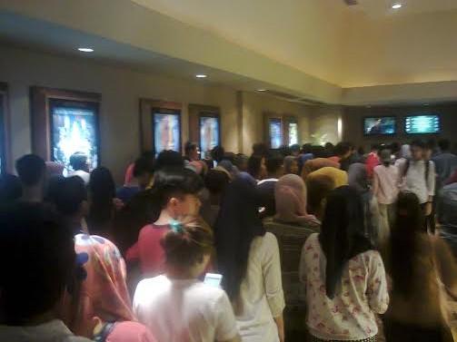 Ratusan pengunjung Bioskop 21 Bandar Lampung rela antre membeli tiket film AADC 2 | Sugiono/jejamo.com