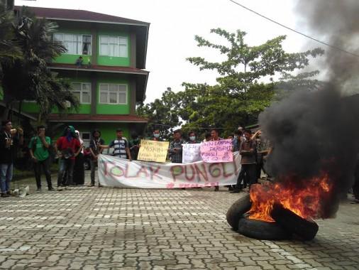Puluhan mahasiswa IAIN Raden Intan Bandar Lampung menggelar aksi demo dan membakar ban di halaman depan parkiran Kantor Rektorat, Selasa 26/4/2016. | Andi Apriyadi/Jejamo.com