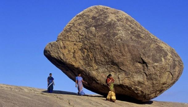 Aneh! Batu Besar Ini Kokoh Berdiri Meski Berada di Tempat Miring