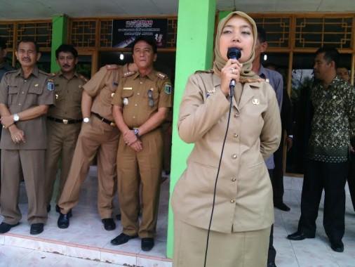 Bupati Lampung Timur Chusnunia Chalim memberikan arahan kepada para peserta UN, Senin, 4/4/2016 | Parman/jejamo.com