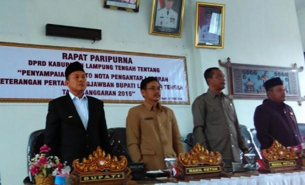 Bupati Lampung Tengah Mustafa (paling kiri) saat hendak membacakan nota pengantar LKPJ tahun 2015 | Raeza/jejamo.com