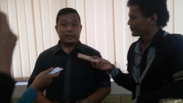 Ketua DPRD Lampung, Dedi Afrizal saat diwawancarai media di lingkungan DPRD Lampung, Senin 4/4/2016 | Tama/jejamo.com