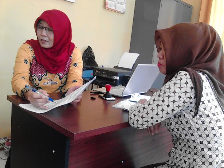 Amalia Umnis selaku Kasi Kurikulum Bidang Dikdas Dinas Pendidikan Lampura, saat dijumpai di ruang kerjanya | Lia/jejamo.com