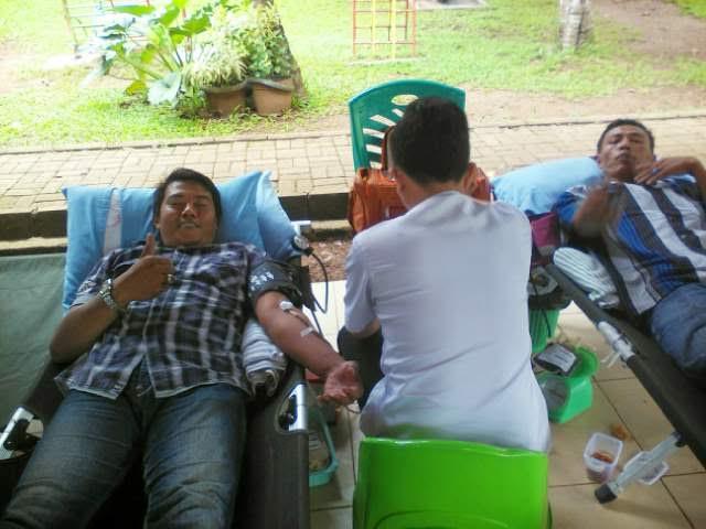 Salah satu peserta donor darah yang turun mensukseskan acara bakti sosial dalam rangka HUT Taman Wisata Lembah Hijau, Senin 11/4/2016 | Tama/jejamo.com