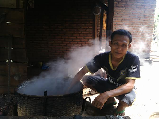 Gufron, pengrajin gula merah Desa Tanjung Aji Kecamatan Sukadana, Lampung Timur | Suparman/jejamo.com