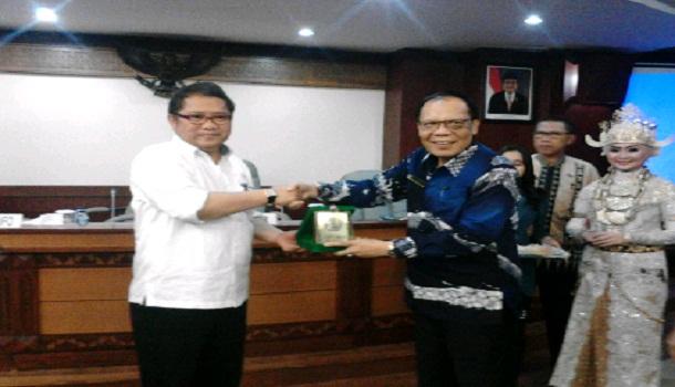 Rektor Unila Prof Hasriadi Mat Akin memberikan cinderamata kepada Menkominfo Rudiantara | Sugiono/jejamo.com