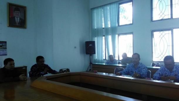 Suasana hearing di Ruang Rapat II DPRD Lampung Tengah, antara Komisi I bersama camat dan enam kepala kampung, Senin, 18/4/2016. | Raeza Handani/Jejamo.com