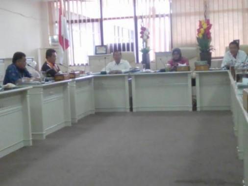 Sekretaris komisi I DPRD Lampung, Bambang Suryadi (paling kanan) bersama Apriliati (tengah) saat menggelar hearing dengan KIPD Lampung di ruang rapat komisi I, Rabu, 6/4/2016 | Tama/jejamo.com