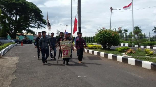 Indra Azwan(57) bersama LBH Bandar Lampung dan LMND wilayah Lampung saat mendatangi pemprov Lampung untuk meminta tanda tangan gubernur Lampung, Kamis 14/4/2016 | Tama/jejamo.com