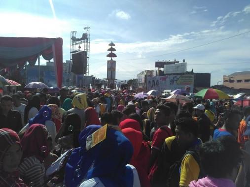 Ribuan warga Bandar Lampung memadati Tugu Adipura untuk mengikuti jalan sehat dalam rangka ulang tahun Majelis Taklim Rachmat Hidayat, Minggu 24/4/2016. | Andi Apriyadi/Jejamo.com