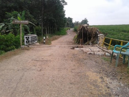 Tak Kunjung Diperbaiki, Jalan Penghubung Tubaba dan Lampura yang Rusak Membuat Warga Geram