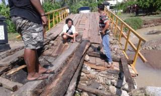 Kondisi jembatan yang terletak di Kampung Bali Jati Agung Desa Kiluan Negeri, Kecamatan Kelumbayan, Kabupaten Tanggamus putus karena dihantam banjir bandang yang terjadi sekitar pukul 03.30 WIB, Jumat pagi 1/4/2016 | ist