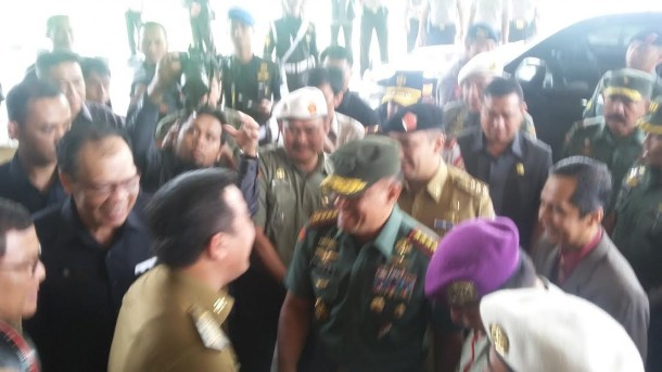 Panglima TNI Jenderal Gatot Nurmantyo tiba di GSG Unila dan disambut Gubernur Lampung M Ridho Ficardo, Selasa, 26/4/2016. | Arif Wiryatama/Jejamo.com