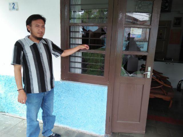 Sekertaris Gapeksindo Bandar Lampung Riza Oktabri saat sedang menunjukan Kantor Gapeksindo yang rusak karena diserang orang tidak dikenal, Rabu 6/4/2016 | Andi/jejamo.com