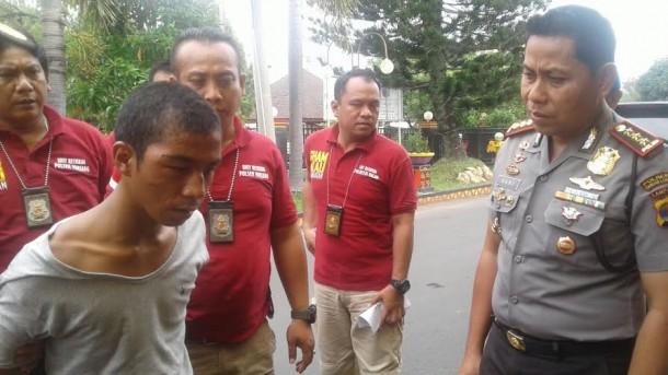 Kapolresta Bandar Lampung Kombes Hari Nugroho, saat sedang mengintrogasi Edo,tersangka pembunuh Pasutri | Andi/jejamo.com