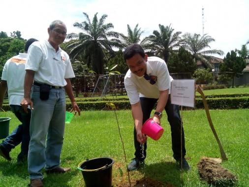 Direktur Eksternal Communication Japfa Rachmat Indrajaya  (kanan) menanam tanaman endemik Indonesia di lokasi PT Santori, Lampung Tengah, Kamis, 14/4/2016. | Adian Saputra/Jejamo.com