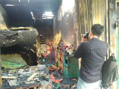 Rumah toko (ruko) furnitur di Jalan Komarudin, Kelurahan Rajabasa Raya, Rajabasa, Bandar Lampung, ludes terbakar pada Rabu dini hari, 13/4/2016.  | Andi Apriyadi/Jejamo.com