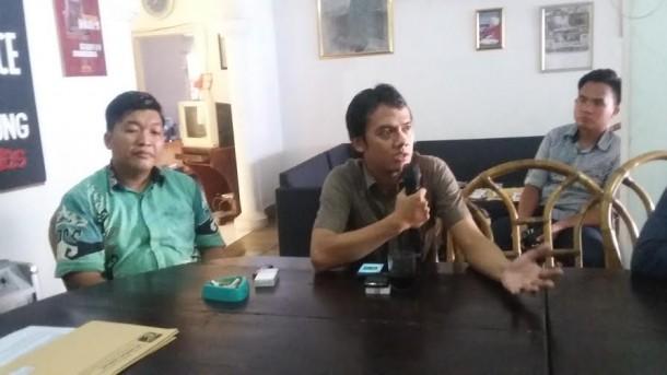 Ketua AJI Bandar Lampung Yoso Muliawan ( baju coklat), saat memberi keterangan di kantor LBH Bandar Lampung, Kamis 21/4/2016 | Tama/jejamo.com