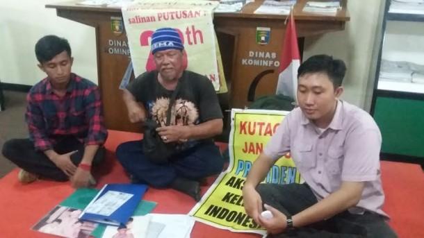 Indra Azwan (57) (tengah) bersama ketua LBH Bandar Lampung, Alian Setiadi (paling kanan) dan LMND Lampung(kiri) saat menggelar konpres di ruang media center lingkungan pemprov Lampung, Kamis 14/4/2016 | Tama/jejamo.com
