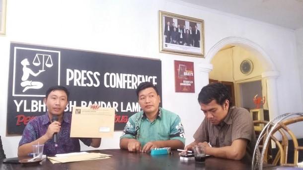 Direktur LBH Bandar Lampung (baju ungu) saat menunjukan salah satu surat yang akan dikirim ke para pemangku kebijakan, Kamis 21/4/2016 | Tama/jejamo.com