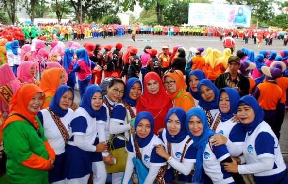 Para ibu peserta lomba senam berfoto dengan Ketua Tim Penggerak PKK Kota Bandar Lampung Hj. Eva Dwiana Herman HN memeriahkan Hari Kartini, Kamis, 21/4/2016 di Lapangan Korem 043 Garuda Hitam. | Ist