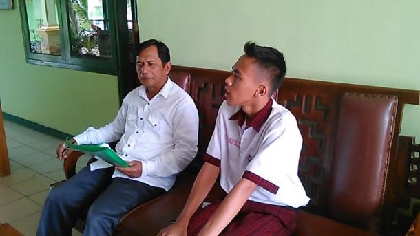 Pak Wardaya sedang mendengar presentasi dari anak didiknya melalui metode tugas harian buku kerja | Tyas/jejamo.com