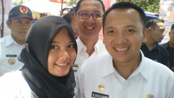 Nia saat foto bareng Gubernur Lampung M Ridho Ficardo. | Ist