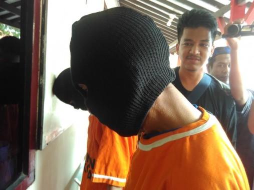 Tersangka Yuarman, oknum PNS Dinas Kesehatan Lampung,  saat diinterogasi petugas di Mapolresta Bandar Lampung, Senin, 4/4/2016. | Andi Apriyadi/Jejamo.com