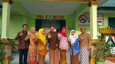 Pada Ujian Nasional (UN) beberapa hari lalu, guru SMAN 5 Kota Metro berpakaian adat daerah. | Tyas Pambudi/Jejamo.com
